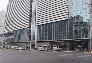 Bus terminal ar JR gate tower